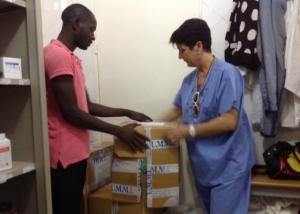 La dr.ssa Giuseppina Torcaso apre i pacchi di medicinali arrivati all'Ospedale Pediatrico S.José em Bor